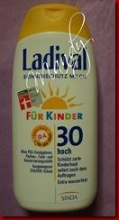P6088636 Thumb in Ladival-Sonnenschutzmilch für Kinder